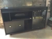 Meuble télé noir bas avec vitrine et roulettes